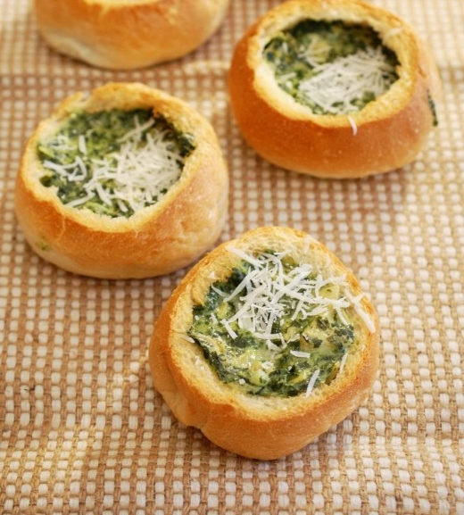 Bread rolls filled with spinach and artichoke